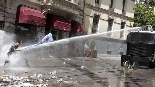 Thành Istanbul 'sặc' nước và hơi cay