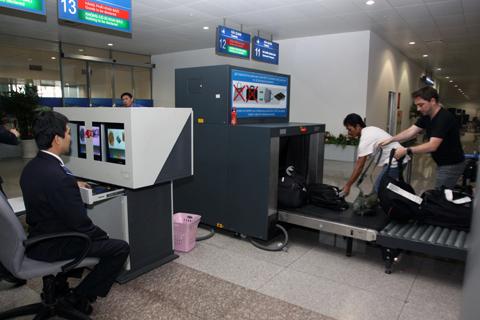 tham khảo hướng dẫn khách hàng về những vật dụng không được phép mang theo khi lên máy bay