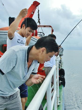 Việt Nam Xanh - Theo chân người câu cá đêm trên vùng biển Trường Sa (Hình 3).