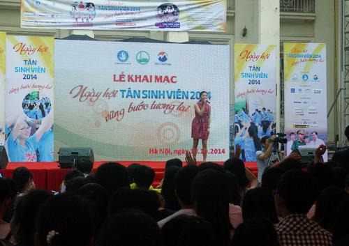 Ca sĩ Văn Mai Hương biểu diễn tại buổi khai mạc ngày