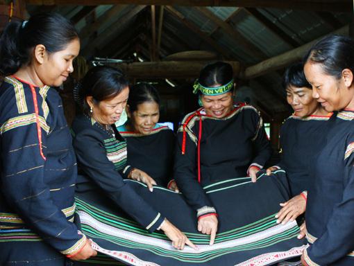 Khôi phục nghề dệt thổ cẩm truyền thống