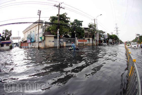 Sau mưa lớn, đường Sài Gòn ngập sâu, giao thông hỗn loạn - ảnh 1