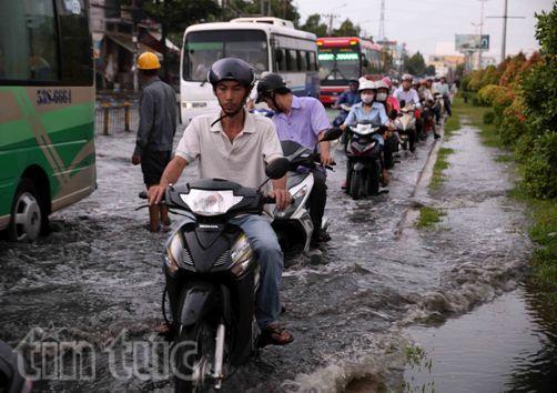 Sau mưa lớn, đường Sài Gòn ngập sâu, giao thông hỗn loạn - ảnh 2