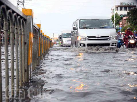 Sau mưa lớn, đường Sài Gòn ngập sâu, giao thông hỗn loạn - ảnh 3