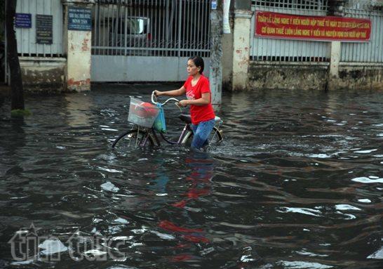 Sau mưa lớn, đường Sài Gòn ngập sâu, giao thông hỗn loạn - ảnh 4