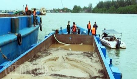 Bắt giữ phương tiện khai thác cát trái phép trên sông Đồng Tranh - ảnh 1
