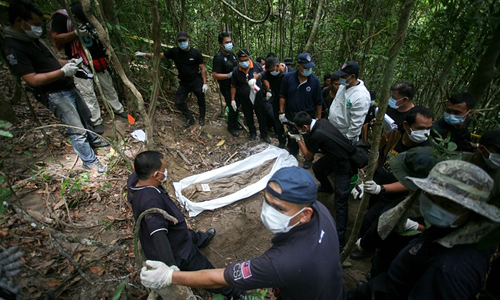 Kết quả hình ảnh cho mộ tạp thể Malaysia