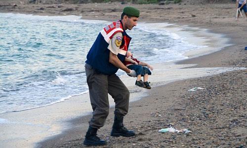 Bức hình ám ảnh thi thể cậu bé Syria dạt vào bờ biển