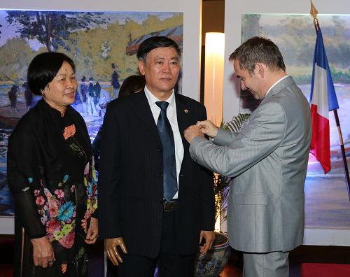 Nguyên Giám đốc Thư viện Quốc gia nhận Huân chương VHNT Pháp - ảnh 1