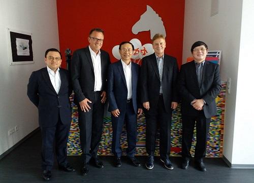 Tham tán Công sứ Nguyễn Hữu Tráng (ngoài cùng bên phải) và Chủ tịch Hiệp hội DVSI Ulrich Brobeil (thứ tư, phải sang) tại trụ sở DVSI ở Nürnberg.