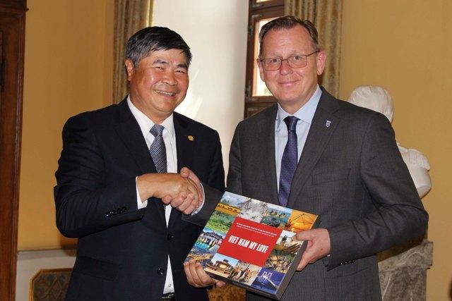 Đại sứ Đoàn Xuân Hưng và Thủ hiến bang Thüringen, ông Bodo Ramelow.