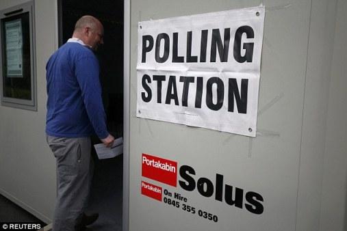 Một người dân đi bỏ phiếu tại Heald Green, thị trấn Stockport. Ảnh: Daily Mail