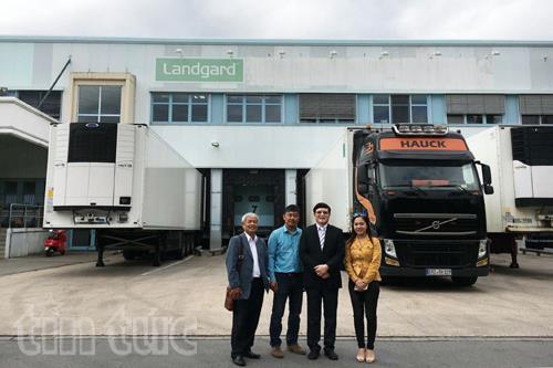 Đoàn công tác do Tham tán Công sứ Thương mại Nguyễn Hữu Tráng (thứ hai, phải sang) dẫn đầu thăm làm việc tại Tập đoàn Landgard Chemnitz.