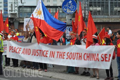 Người biểu tình kêu gọi Trung Quốc tôn trọng phán quyết của PCA.