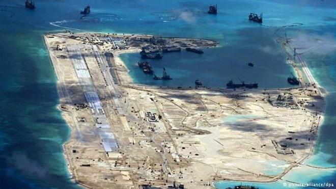 Trung Quốc tiến hành bồi lấp trái phép trên Đá Chữ Thập thuộc quần đảo Trường Sa của Việt Nam. Ảnh: DPA