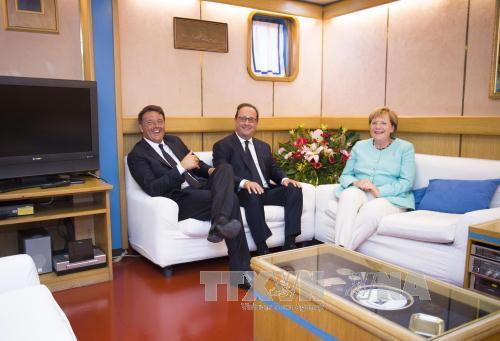 Thủ tướng Italy (trái), Thủ tướng Đức (phải) và Tổng thống Pháp François Hollande ngày 22/8. Ảnh: EPA/TTXVN