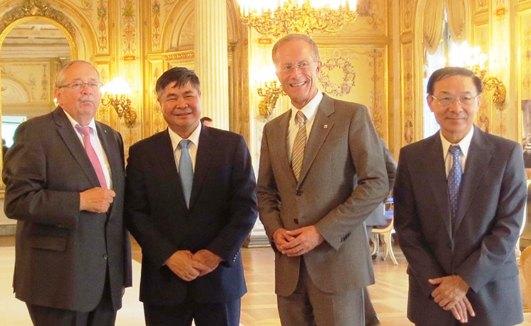 Foto từ trái sang: Chủ tịch Nghị viện bang Hessen Norbert Kartmann, Đại sứ Đoàn Xuân Hưng, Bộ trưởng Văn phòng Thủ hiến Axel Wintermeyer và Tổng Lãnh sự Việt Nam tại Frankfurt Nguyễn Hồng Lĩnh.