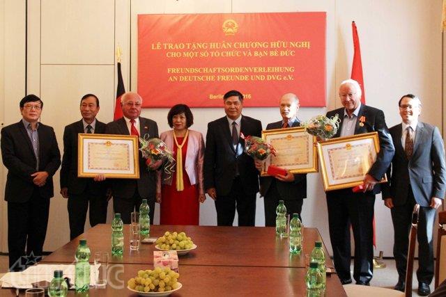 Đại sứ Đoàn Xuân Hưng (thứ 4, từ phải sang) trao Huân trương cho một số tổ chức và bạn bè Đức.