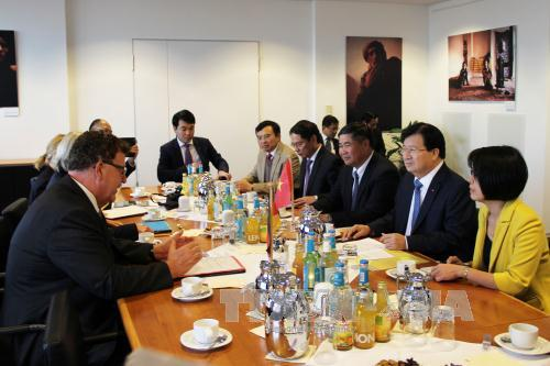 Phó Thủ tướng Trịnh Đình Dũng (thứ 2, phải sang) làm việc với lãnh đạo Bộ Hợp tác kinh tế và Phát triển Liên bang Đức ở Berlin. Ảnh: Trần Mạnh Hùng/TTXVN