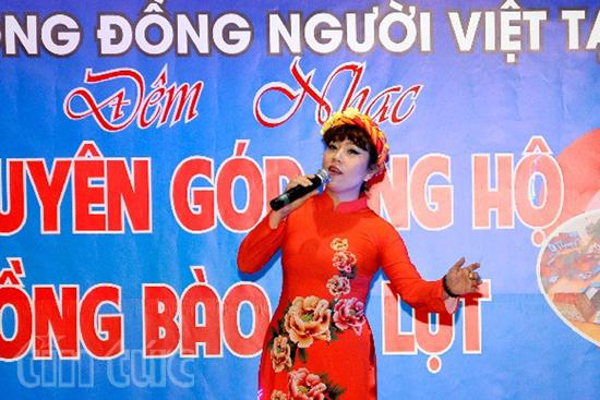 """Ca sĩ Võ Thủy Tiên biểu diễn tại đêm nhạc từ thiện """"Vì miền Trung thân yêu""""."""