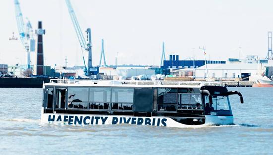 Chiếc HafenCity vận hành trơn tru trên nước...