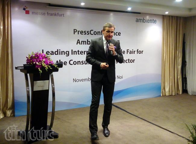 Ông Stephan Kurzawski, Phó chủ tịch thứ nhất Tập đoàn Hội chợ Messe Frankfurt phát biểu tại họp báo. Ảnh Viết Tôn