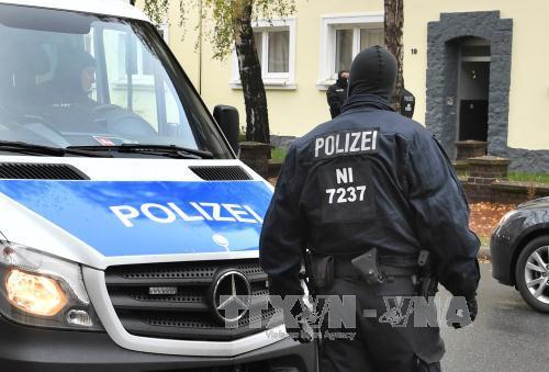 Cảnh sát Đức lục soát một ngôi nhà trong chiến dịch bắt giữ các đối tượng tình nghi hỗ trợ IS tại Hildesheim ngày 8/11. Ảnh: AFP/TTXVN