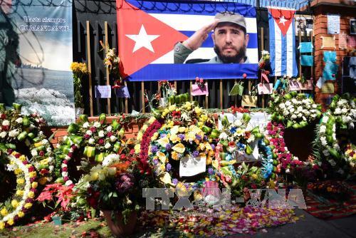 Người dân đặt hoa bên ngoài Đại sứ quán Cuba ở Guatemala để bày tỏ lòng thương tiếc Lãnh tụ Cuba Fidel Castro tại Guatemala City, Guatemala ngày 28/11. Ảnh: AFP/TTXVN