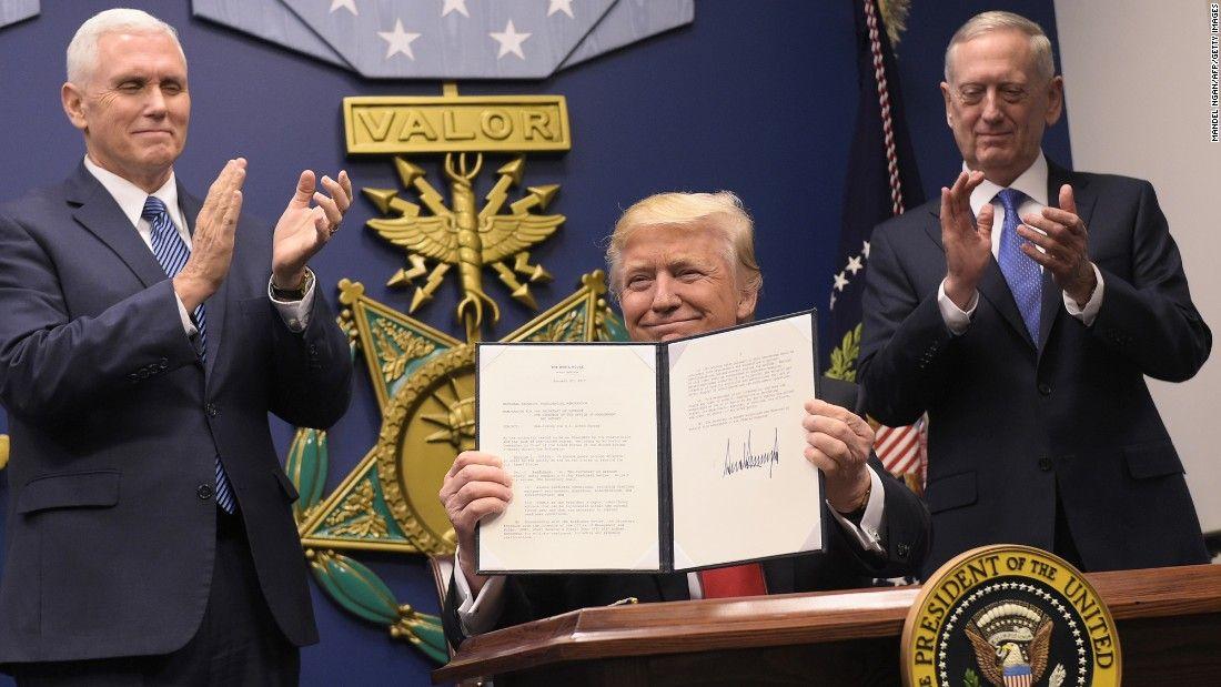 """Sắc lệnh mới nhất của Tổng thống Trump cấm toàn bộ người dân thuộc 7 quốc gia Hồi giáo bị Mỹ cho là """"đáng lo ngại""""."""