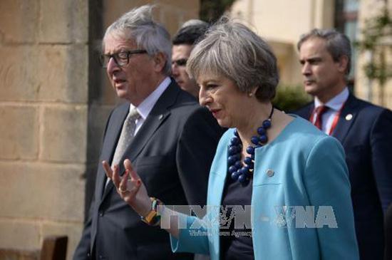 Thủ tướng Anh Theresa May (phải) và Chủ tịch Ủy ban châu Âu Jean-Claude Juncker (trái) tại Hội nghị thượng đỉnh Liên minh châu Âu ở Valletta, Malta ngày 3/2. Ảnh:AFP/TTXVN
