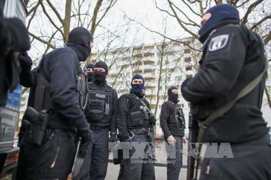 Cảnh sát phong tỏa bên ngoài một tòa nhà ở Berlin trong chiến dịch truy quét khủng bố ngày 28/2. Ảnh: EPA/TTXVN