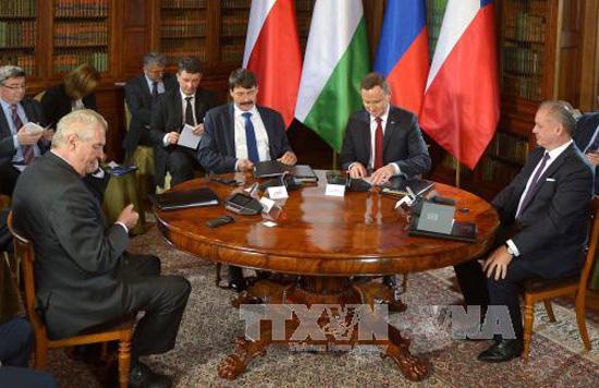 Từ trái sang: Tổng thống CH Czech Milos Zeman, Tổng thống Hungary Janos Ader, Tổng thống Ba Lan Andrzej Duda và Tổng thống Slovakia Andrej Kiska tại hội nghị thượng đỉnh Nhóm Visegrad ở Lancut, Ba Lan ngày 14/10. Ảnh: EPA/TTXVN