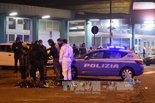 Cảnh sát và các chuyên gia điều tra bên xác nghi phạm Anis Amri sau khi bị cảnh sát bắn chết tại Milan ngày 23/12/2016. Ảnh: AFP/TTXVN