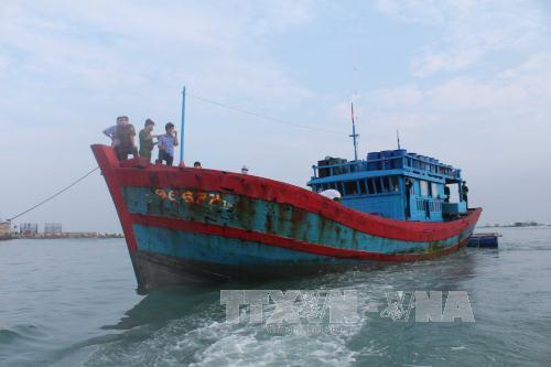 Tàu QNg 96677 TS đưa thi thể ngư dân Trần Văn Định vào bờ. Ảnh: TTXVN phát