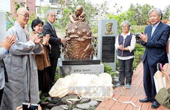 """Lễ khánh thành bức tượng đồng """"Xin lỗi Việt Nam"""" (Pieta Việt Nam) tại Trung tâm Hòa bình St. Francis trên đảo Jeju của Hàn Quốc. Ảnh: YONHAP/TTXVN"""