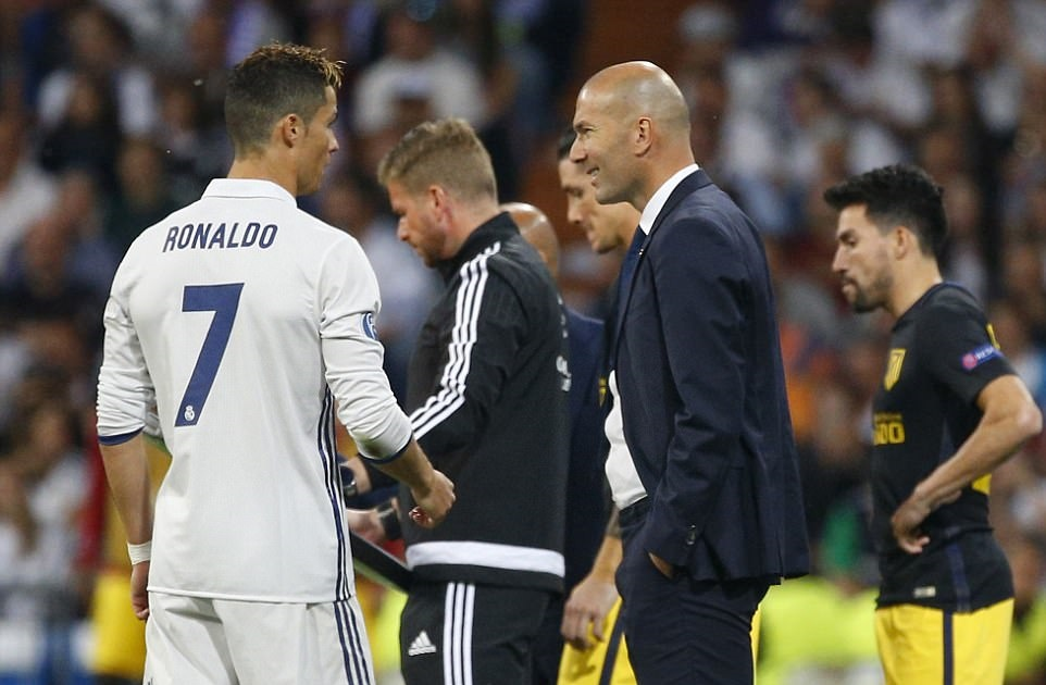 Zidane-khong-the-khong-mim-cuoi