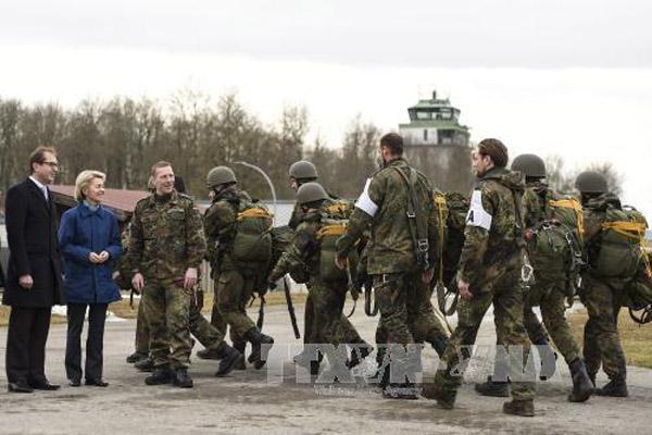 Bộ trưởng Quốc phòng Đức Ursula von der Leyen (thứ 2, trái) thăm một trung tâm huấn luyện nhảy dù ở Altenstadt, nam Đức ngày 3/2. Ảnh:EPA/TTXVN