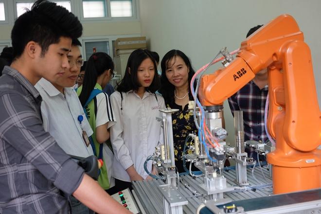 Chuyến trải nghiệm của HS khối 10 trường THPT Thực nghiệm  với Robot đã được Báo Tin tức đưa tin