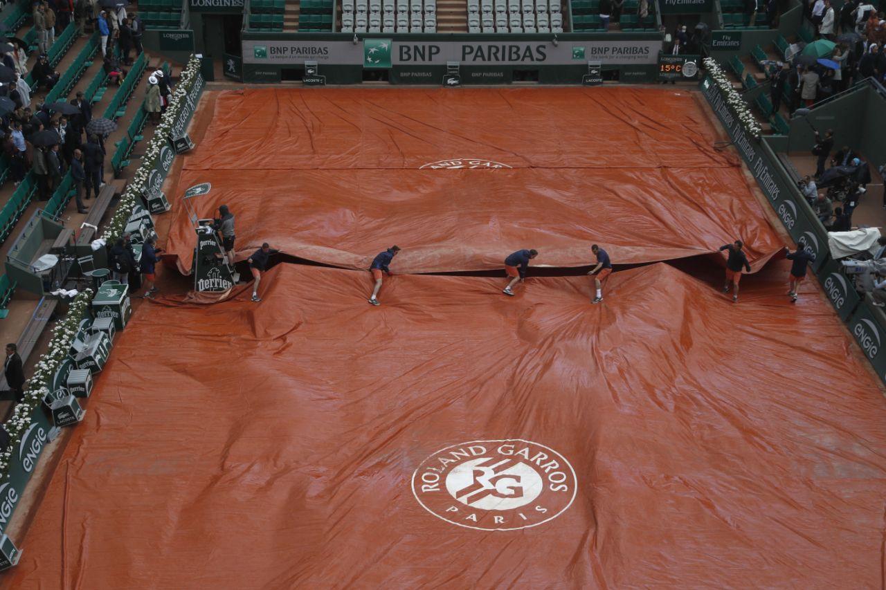 Hình ảnh Paris mưa to, gió lớn, tứ kết Pháp mở rộng hoãn đi hoãn lại