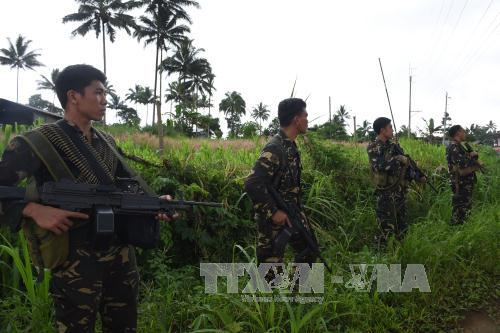 cac binh sy philippines gac o ngoai o marawi thuoc dao mindanao, mien nam philippines ngay 28/6. anh: afp/ttxvn