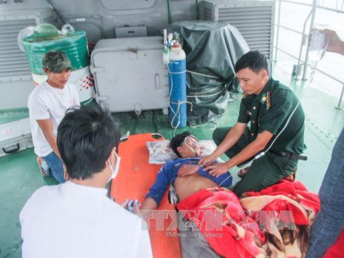 Quân y Bộ đội Biên phòng Sóc Trăng cấp cứu các ngư dân bị nạn trên biển.