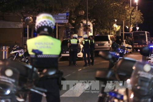 Cảnh sát Tây Ban Nha điều tra tại Cambrils sau vụ tấn công. Ảnh: EPA/TTXVN