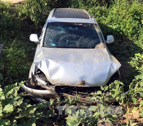 Ô tô Audi Q5 mất lái lao xuống ruộng, 5 người bị thương