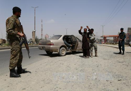 canh sat afghanistan kiem tra an ninh tai mot chot kiem soat o ghazni. anh: thx/ttxvn
