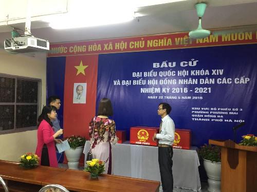 Tại khu vực bỏ phiếu số 3 phường Phương Mai, quận Đống Đa (Hà Nội), công tác chuẩn bị cho bỏ phiếu đã hoàn tất. 29 bác sĩ, 10 bác sĩ nội trú của bệnh viện Bạch Mai và các bệnh nhân của bệnh viện sẽ bỏ phiếu tại đây.