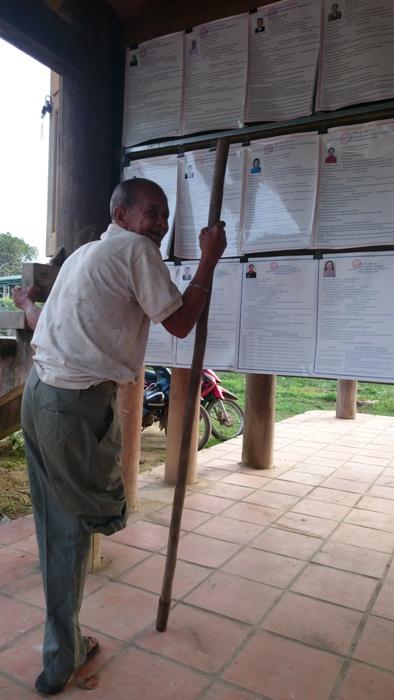 Già làng A Vang, dân tộc Bờ Râu thương binh thời kỳ kháng chiến chống Mỹ đến điểm bỏ phiếu thực hiện quyền công dân tại khu vực bỏ phiếu số 6 xã Bờ Y, huyện Ngọc Hồi, tỉnh Kon Tum. (Phóng viên Viết Tôn, gửi từ Kon Tum)