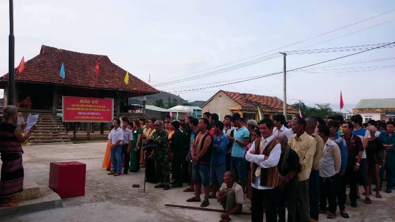 Hơn 500 cử tri thôn Đăk Mế xã Bờ Y, bơi có đông đồng bào các dân tộc đã làm lễ chào cờ chuẩn bị đi bỏ phiếu.