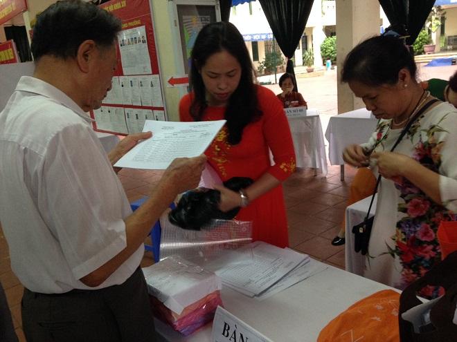 Hoàn tất công tác chuẩn bị trước giờ bầu cử tại khu vực bỏ phiếu số 1, phường Quỳnh Mai, quận Hai Bà Trưng, thành phố Hà Nội.