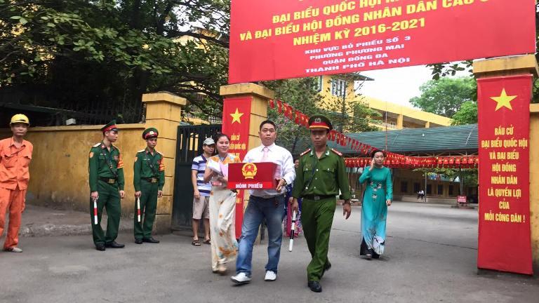 Phóng viên Nam Hoàng cho biết tại khu vực bỏ phiếu số 3 phường Phương Mai, quận Đống Đa (Hà Nội), Tổ bỏ phiếu mang hòm phiếu đến tận giường bệnh Bệnh viện Bạch Mai để bệnh nhân thực hiện quyền công dân.