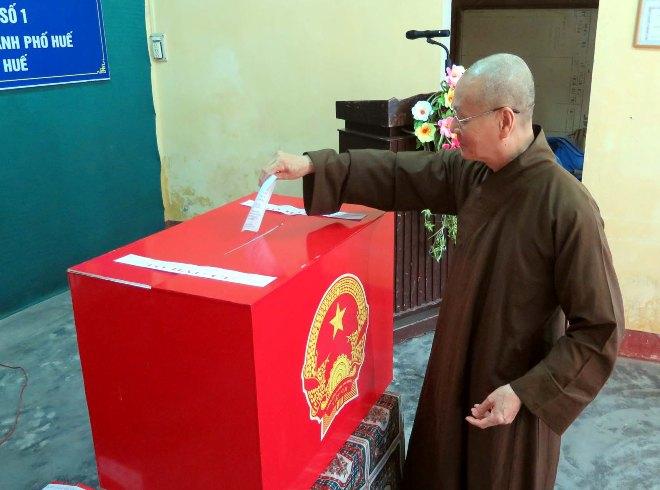 Tại địa điểm bầu cử số 3 phường Trường An, thành phố Huế nơi có chùa Từ Đàm, ngay từ sáng sớm có đông đảo đồng bào Phật tử đã đi bầu cử.